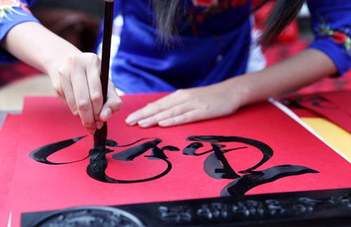 Đường nét thư pháp thể hiện khí chất người cầm bút