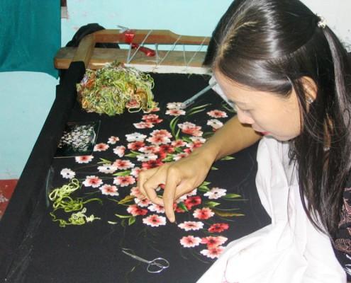 tranh thêu tay truyền thống